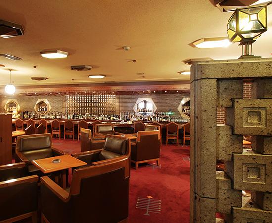 忠实再现旧本馆的气氛。继承 Wright 的设计从照明、内装、餐具、一直到细部为止。