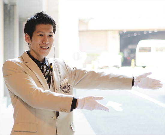 迎接客人的门卫长谷川先生。秉持著「是客人第一位接触到的饭店员工」的这种自觉,即自然会提供最好的殷勤接待。