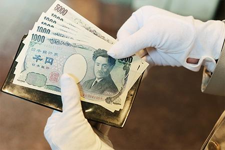 客人乘坐计程车到达时,为了避免零钱结算所费的时间,门卫经常淮备有日元 5 千元及 1 千元纸钞。