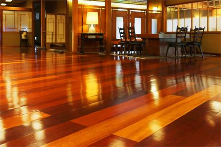 用心擦拭,光潔明亮的大廳地板