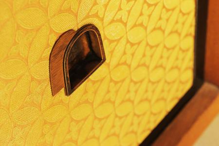 隔扇與表具(指卷軸、掛軸、屏風、匾額、畫帖等物)均配合每間客房不同的氣氛搭配擺設。照片為「雲居之間」的袋戶(日式櫥櫃的一種)。