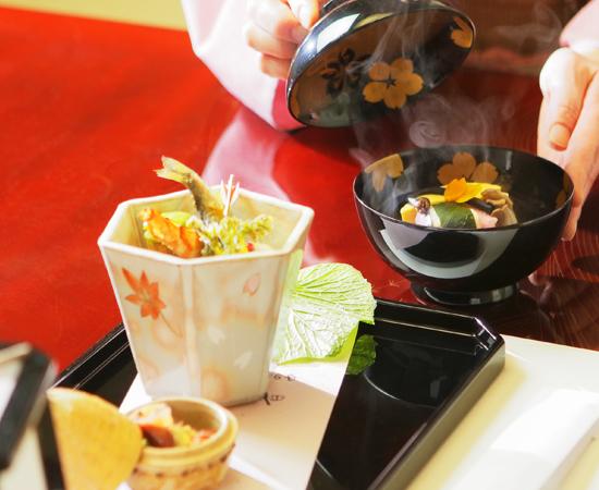 この「松の間」に限らず、西村屋本館では全室お部屋で料理が供される。
