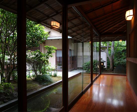平田館的走廊。走廊邊的水道緩緩而流。