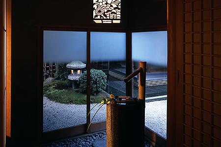 「御幸之間」 室內與庭院為相同高度連接著