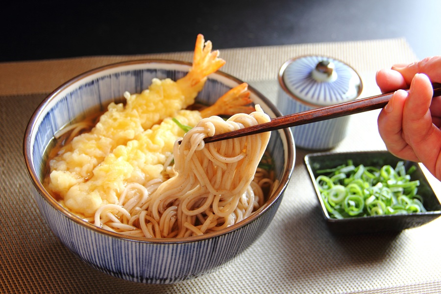 Eat toshikoshi soba on New Year's Eve