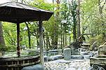 城跡から湖を見下ろす絶景の露天大樽風呂