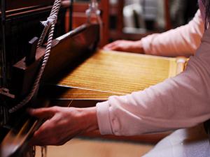 八丈島の伝統工芸 黄八丈作りを体験
