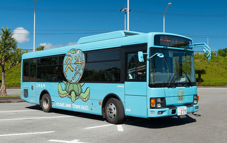 夢と希望を乗せ久米島を走る宮崎駿さんデザインのバス