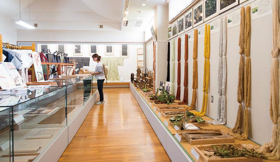 「ユイマール館」は資料館としての他、久米島紬のかりゆしウェアや小銭入れなど、手頃なお土産も充実していた