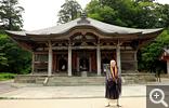 【大山寺】昭和26年に再建された本堂と僧侶