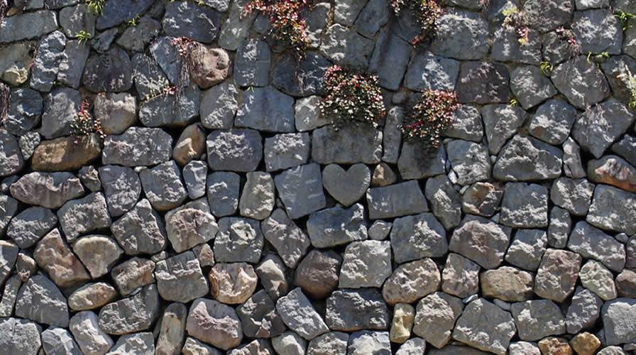 埋在眼鏡橋下的心形石塊
