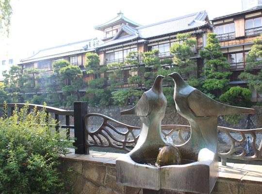東海館と鳩のオブジェ