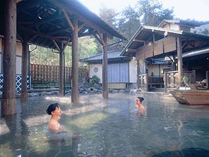 男女合わせて浴槽面積が世界最大の露天風呂。いわき湯本温泉郷の名湯をたっぷり湛えた湯船は、いつまでも入っていたくなる心地よさ。季節の風にふかれながら、ゆったりと湯屋の雰囲気をお楽しみください。