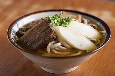 カツオ節の風味が広がる昔ながらの沖縄そば。
