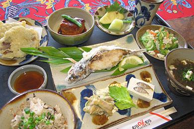 代表的な沖縄料理が味わえるディナーメニュー「美海御膳」。