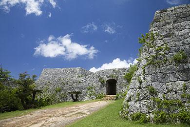 石積みの曲線が美しい護佐丸が築いた絶景の城。