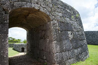 アーチ式石門は沖縄最古といわれ、天井部分の楔石が特徴的。