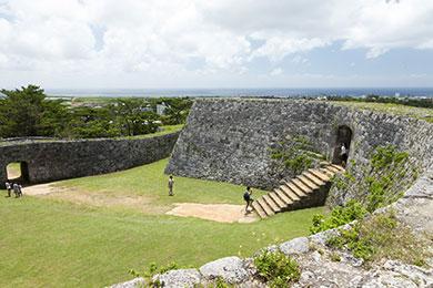 2つの郭で構成される座喜味城跡の城壁からの眺めが美しい。