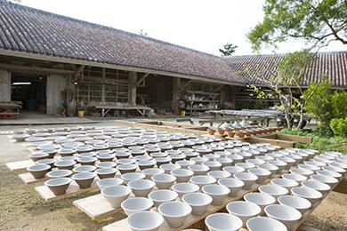 静かに器づくりに励む陶工たちの姿を見ることができます。