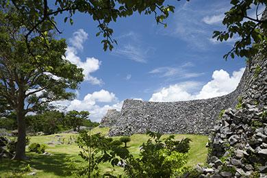 武闘訓練の場であったといわれる「大隅」を囲む城郭。