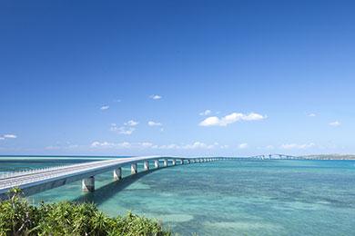 2015年に開通した宮古島と伊良部島を結ぶ伊良部大橋。