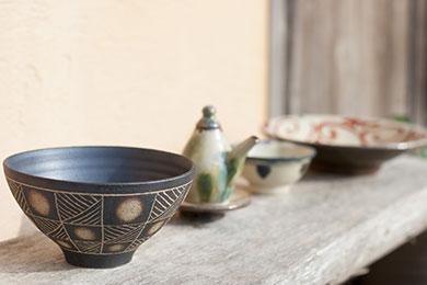 伝統的な器や個性豊かな作品が並ぶ読谷山焼北窯売店