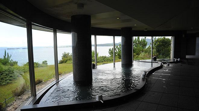 ゴルフコース利用者専用の壮大な景観が楽しめる展望浴場。