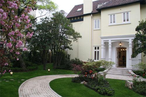 别墅英式建筑造型与古典园林艺术相得益彰;客房装饰