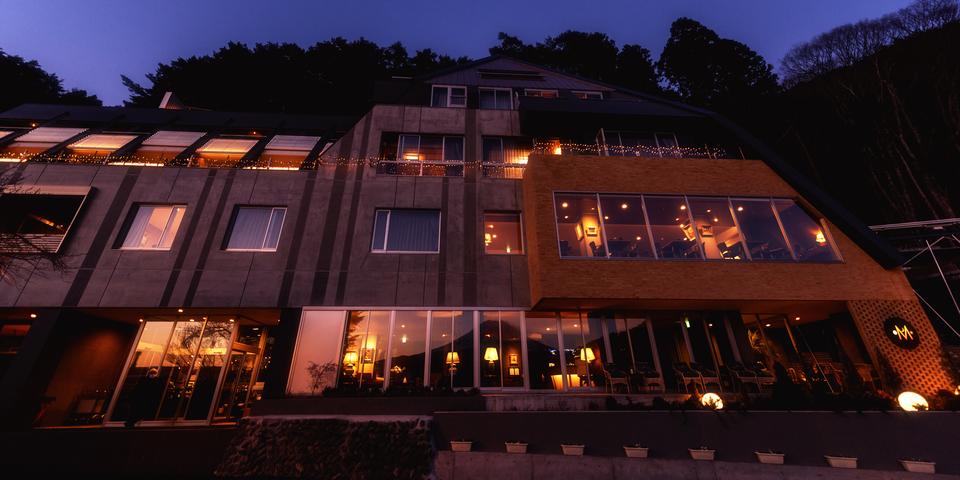 湖のホテル