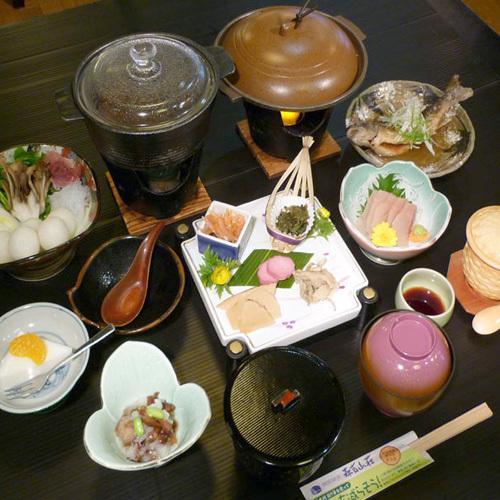*【食事例】地元の山川の幸にこだわり、お食事をご用意しております。