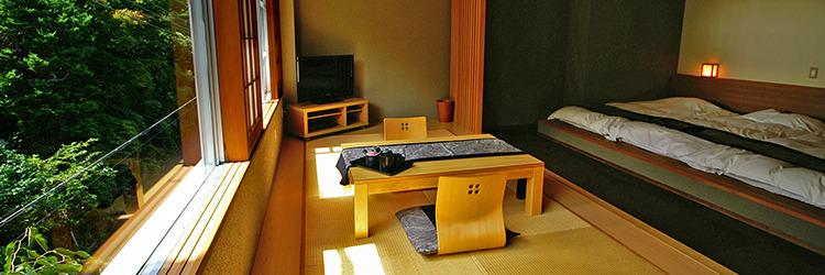 305号室の居間と寝室