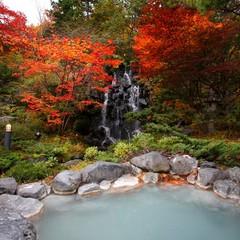 乳白色の温泉から眺める紅葉の庭園