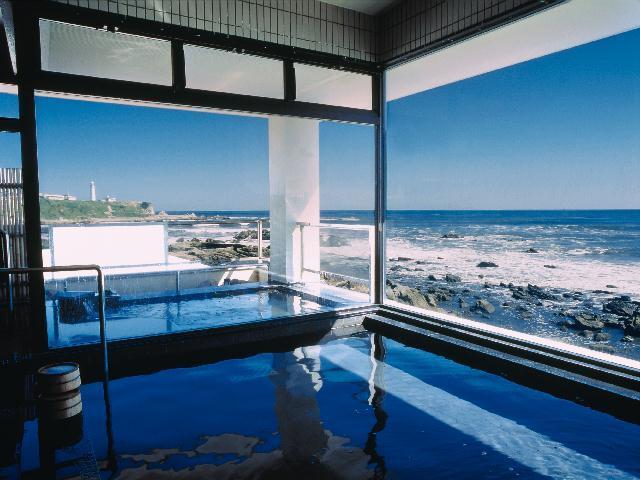 太平洋が一望できる広々とした大浴場