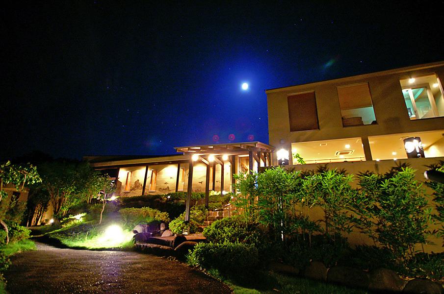 夜の源泉と離れのお宿敷地(夜)