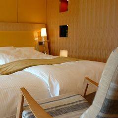 【部屋】静の間~ベッドルームにはロッキングチェアも~