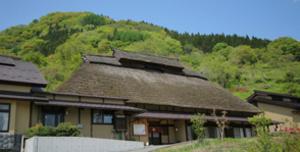 静かな里山に佇むかやぶき屋根の宿 やきもち家