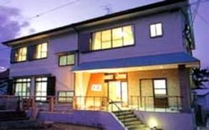 日間賀島で一人泊りできる宿と魚が食べられる居酒屋を教えて。