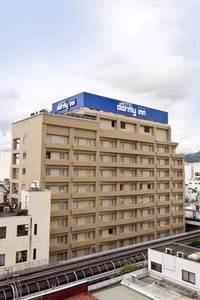 友人3人で山梨でワイナリーをめぐる旅(1泊2日)を考えています。オススメのワイナリーと一人1万円以下で泊まれるホテルはありませんか?