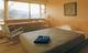 ゆったりとした客室にはクイーンサイズのベットをご用意