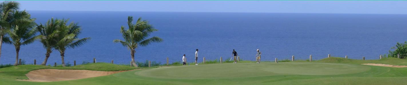 晴れ渡った空と1年中青々としたラウンドでリゾートゴルフを楽しむ