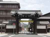 門前町のレトロな建物・写真