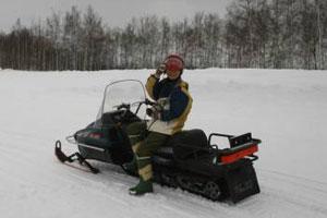 在北海道新雪谷的大自然中暢騎雪上摩托車!