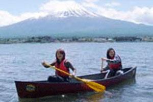 在富士山旁乘坐加拿大獨木舟暢遊河口湖!