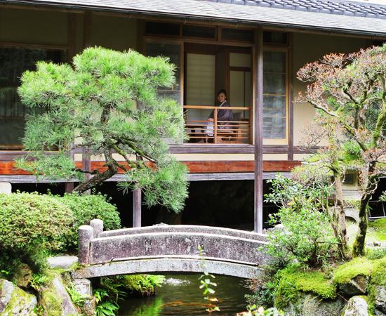 The Hiragi room as seen from the garden. A gentle cool breeze blows into the spacious veranda.