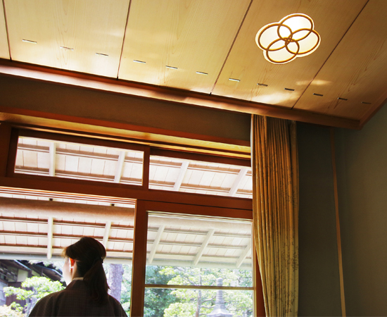 The veranda of the Hiragi room. The lighting is built into the ceiling and the same as used in the guest room. The design evokes a sense of playfulness.