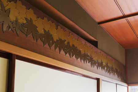 The transom of the Korin room features a motif of Japanese maple leaves.