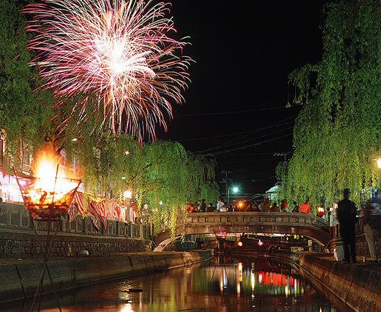 Fireworks displays are held nightly during the summer vacation (certain dates excluded).