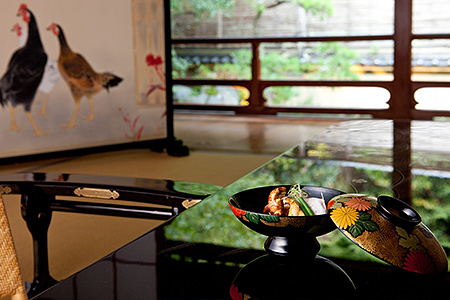Furnishings of the Kangetsu room   The table is an authentic single-plate Wajima lacquerware piece