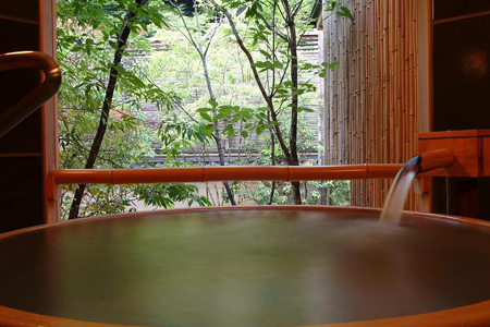 The private open-air bath attached to the Kangetsu room