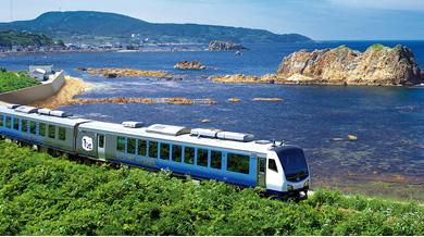 日本海を走る人気のローカル列車、五能線で十二湖エリアへ